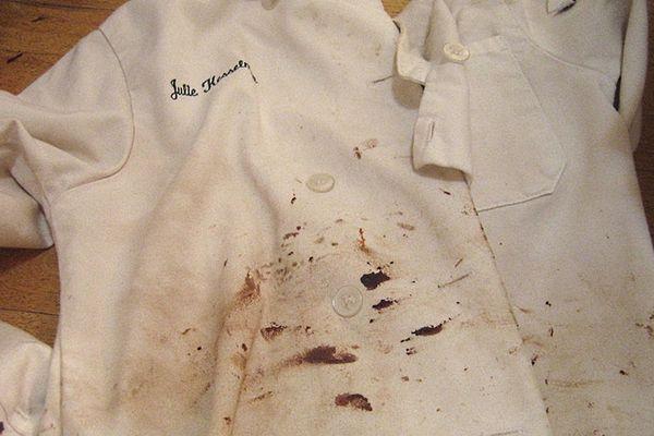 cách tẩy vết bẩn trên áo trắng