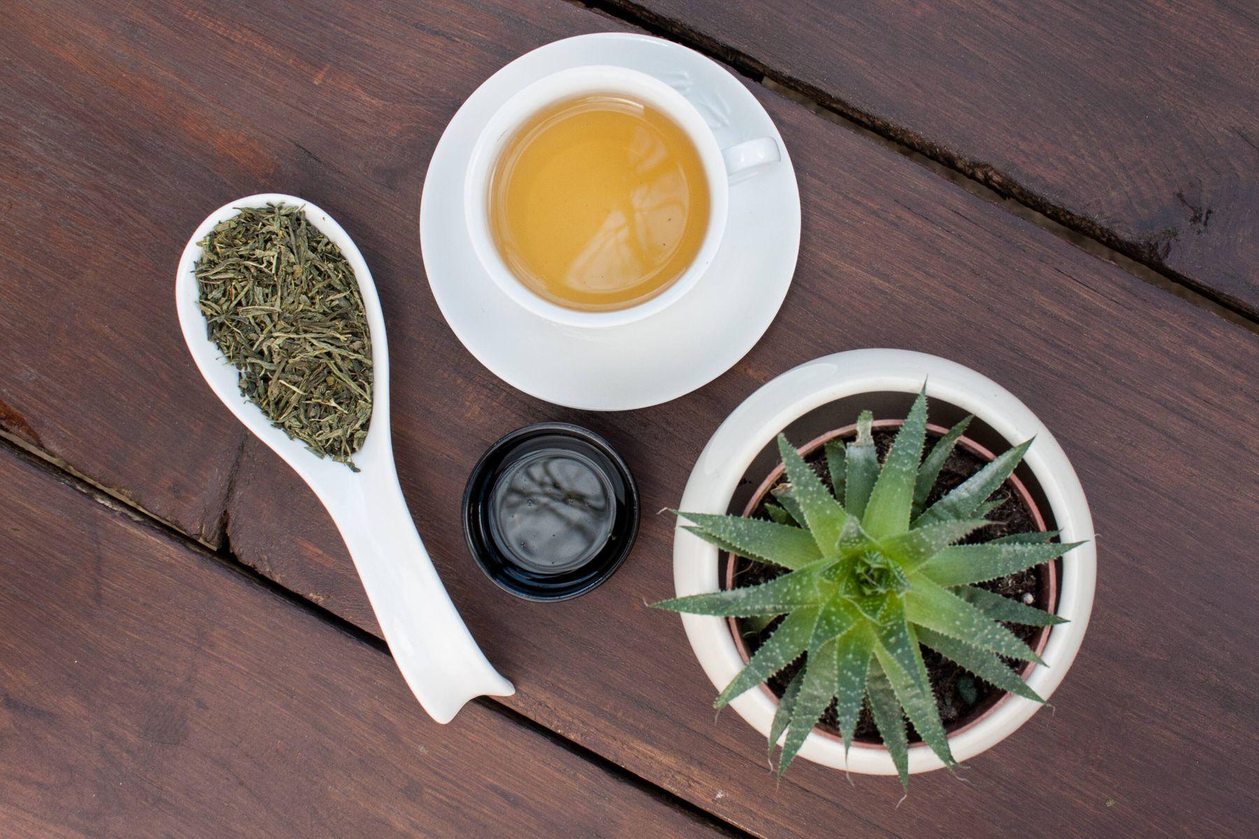 Aloe veranın faydaları arasında saç dökülmelerini önlemek, bağışıklık sistemini güçlendirme, kas ve eklem ağrılarını hafifletmek yer alıyor.