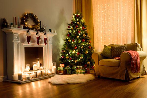 Hiasan Pohon Natal di sudut ruangan