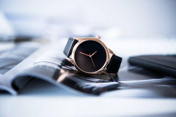 Jam tangan hitam dengan bezel emas