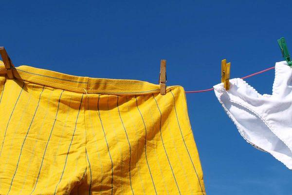 Ngại gì mưa gió với 15 mẹo làm quần áo thơm lâu