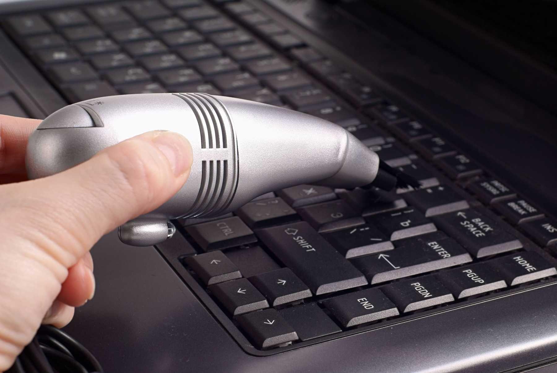 Cách vệ sinh bàn phím laptop vàbàn di chuột cảm ứng (touchpad)