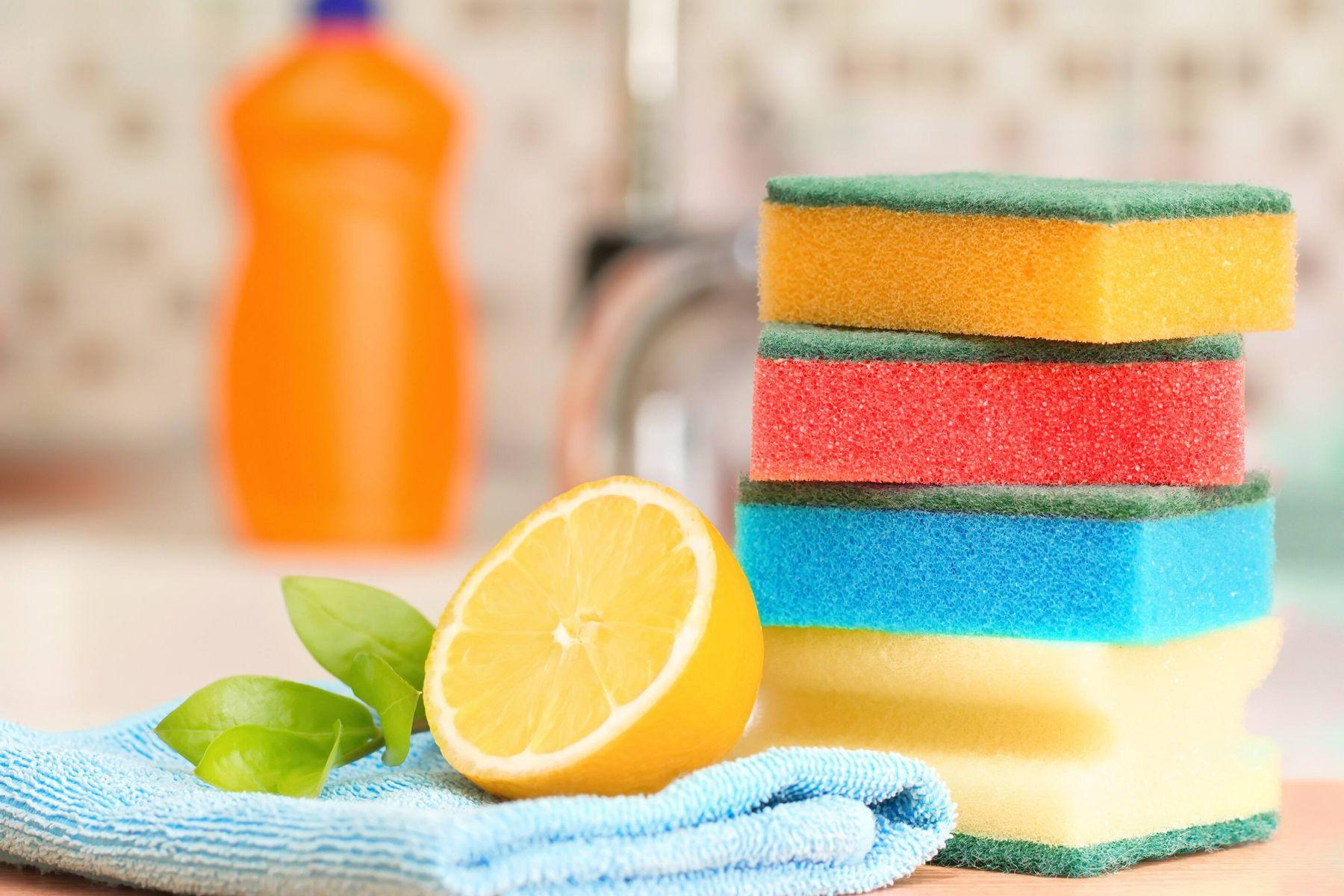 eine halbe Zitrone und ein Haufen Schwämme ruhen auf dem Waschbecken