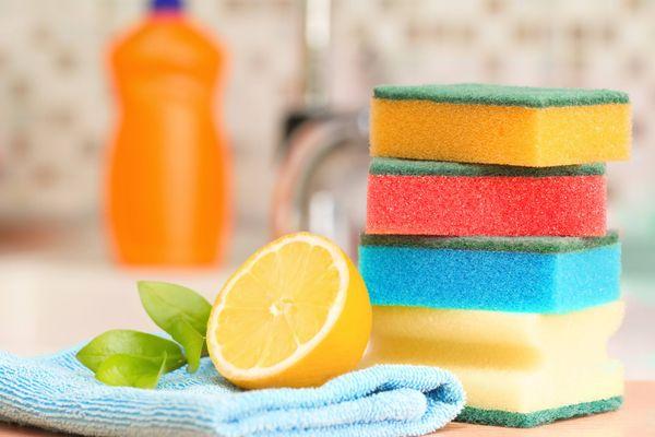 kolorowe gąbki i pół cytryny na blacie kuchennym