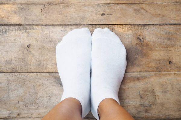 Cara menghilangkan noda di kaos kaki putih