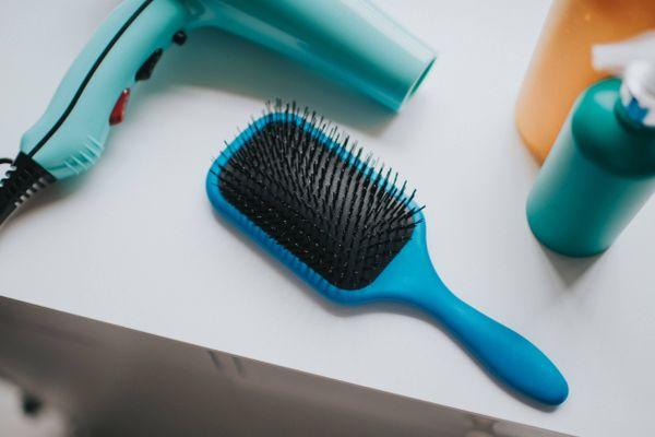 Haarbürste, Föhn und Spray