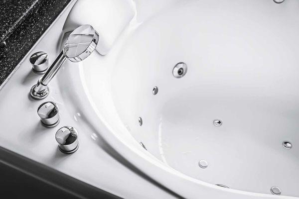 Banheira branca com detalhes cromados