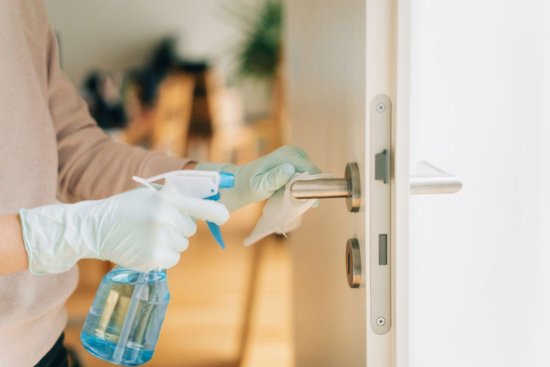Evde kapı kolu dezenfeksiyonu
