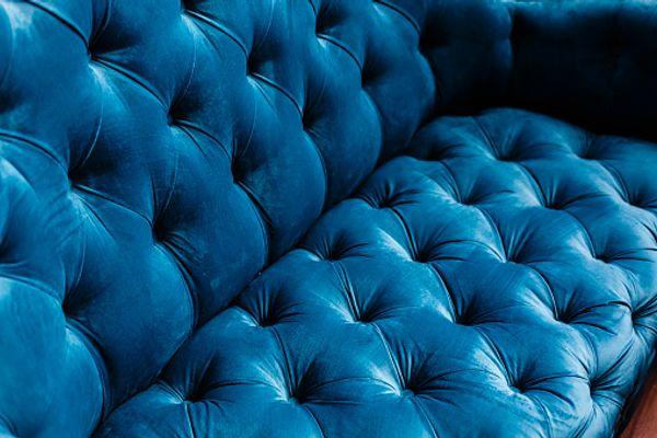 Sofá de veludo tradicional em close