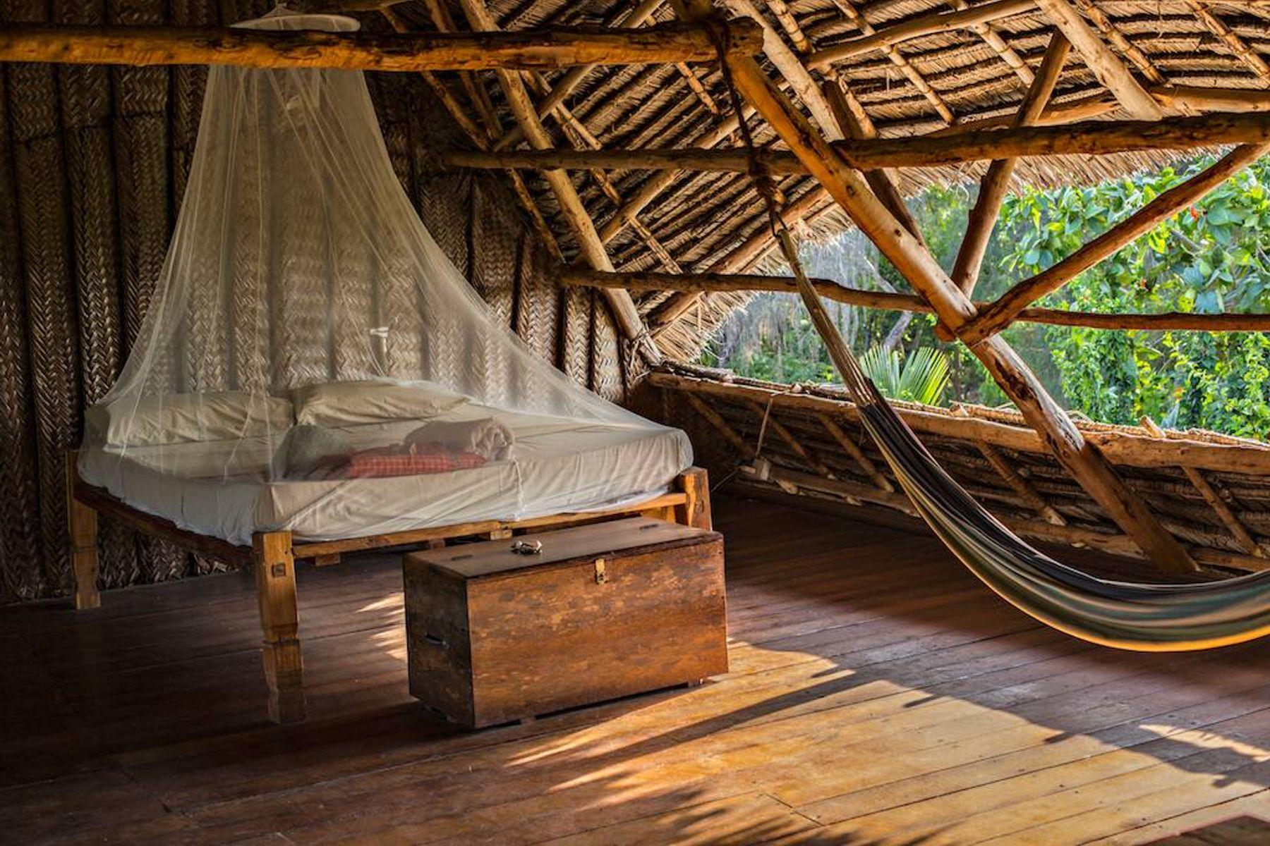 Tempat tidur dengan kelambu