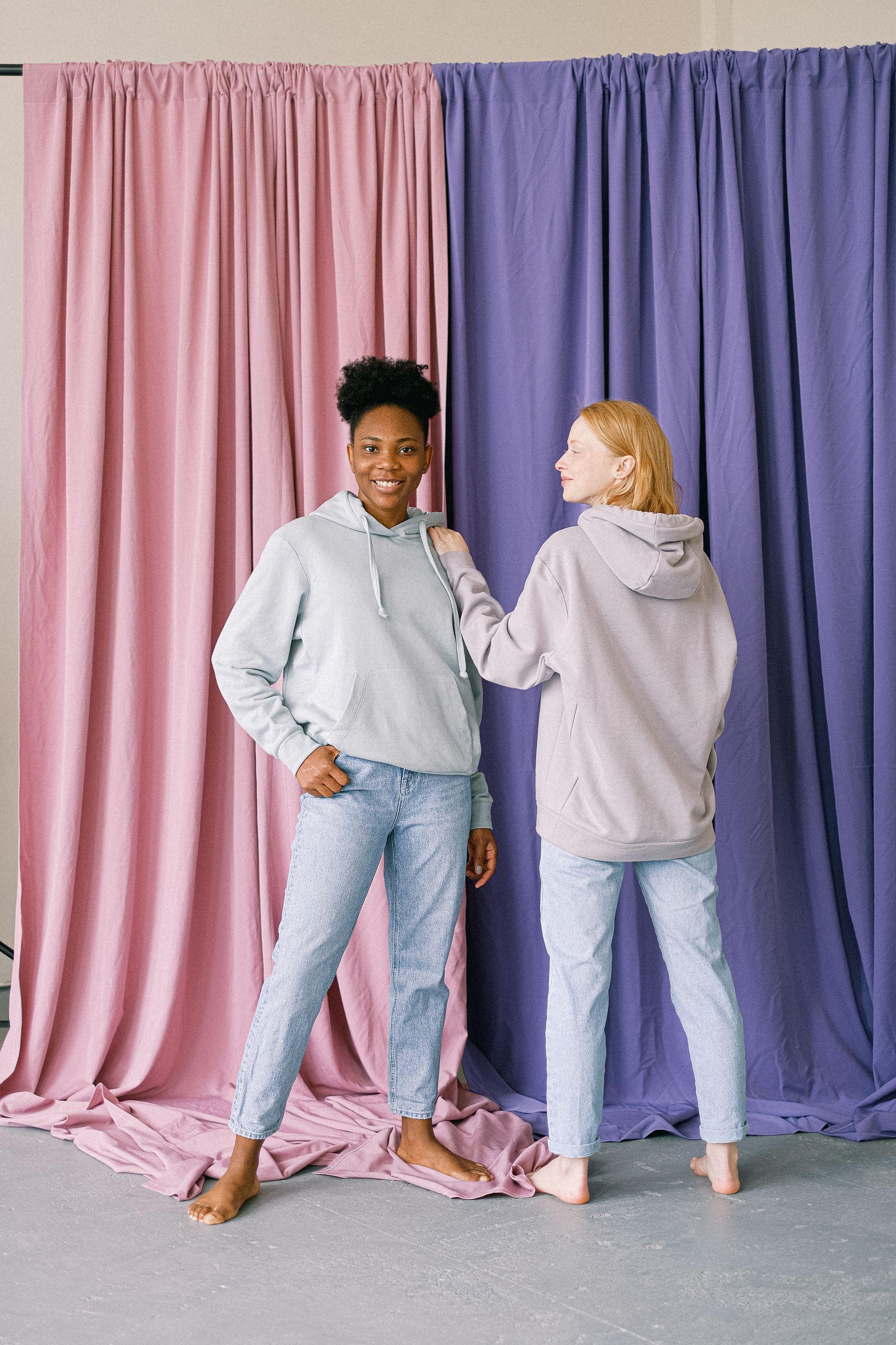Áo hoodie là sự lựa chọn tuyệt vời cho các bạn nữ có thân hình gầy | Cleanipedia