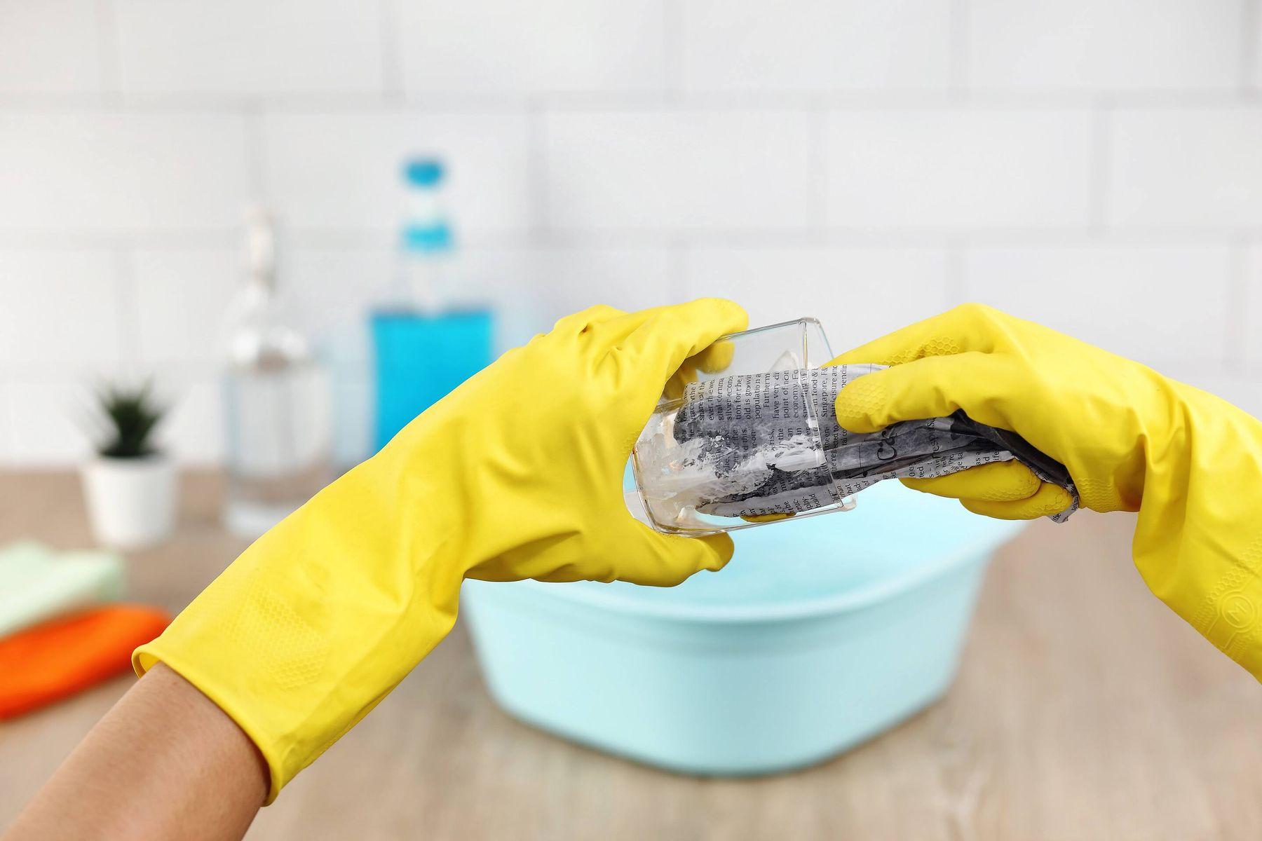 đeo găng tay khi rửa chén