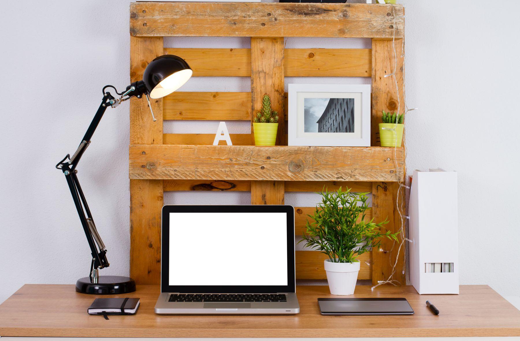 Escrivaninha e prateleiras de paletes