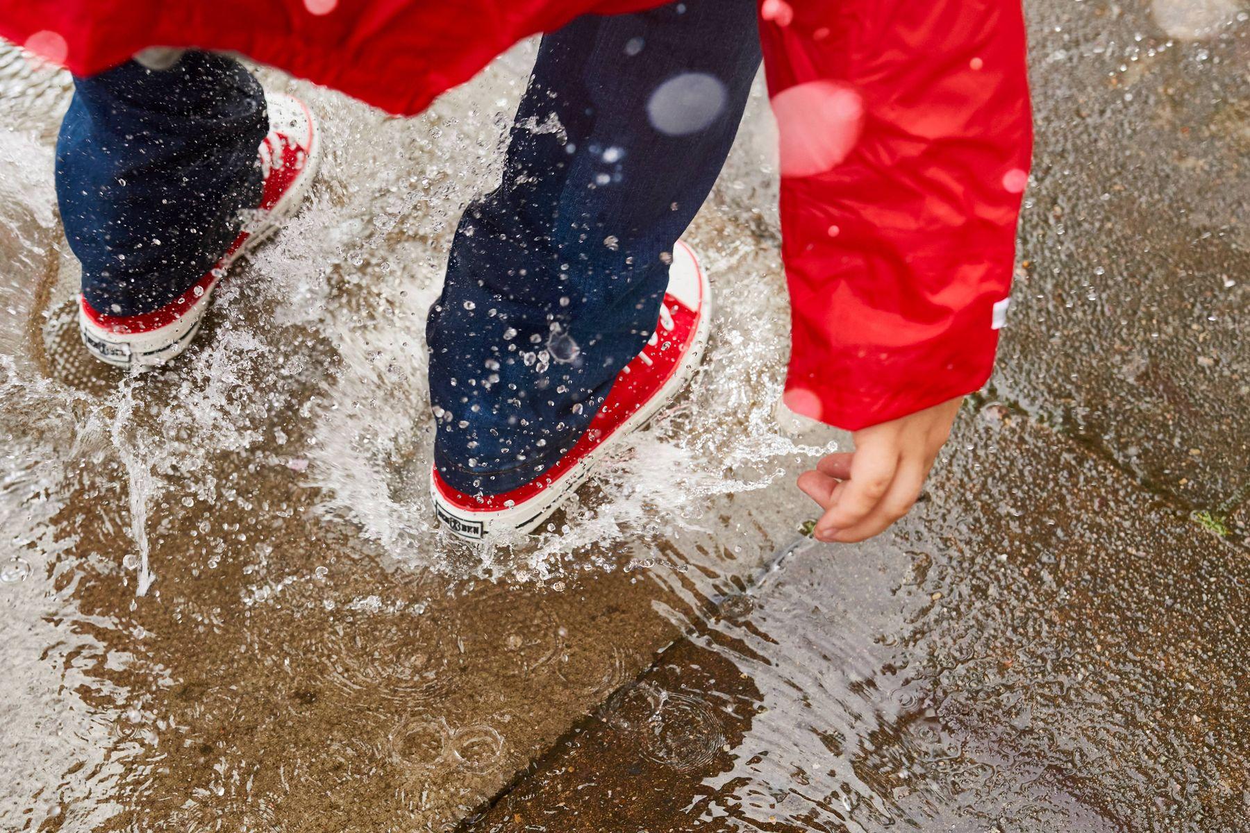 Berjalan dalam hujan dengan memakai sepatu kanvas