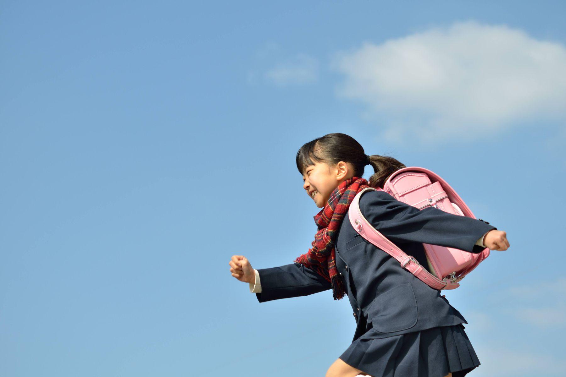 Bình đựng nước cho bé đi học, bí quyết phòng bệnh siêu hữu hiệu