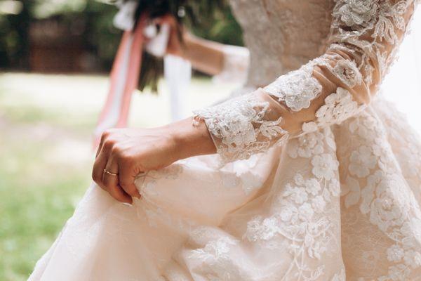 Bí quyết giặt áo cưới cô dâu tại nhà