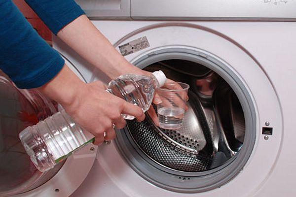 Cách vệ sinh máy giặt - đổ giấm vào lồng giặt