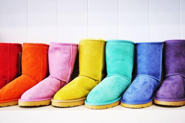 Diversas botas coloridas colocadas uma do outro lado da outra
