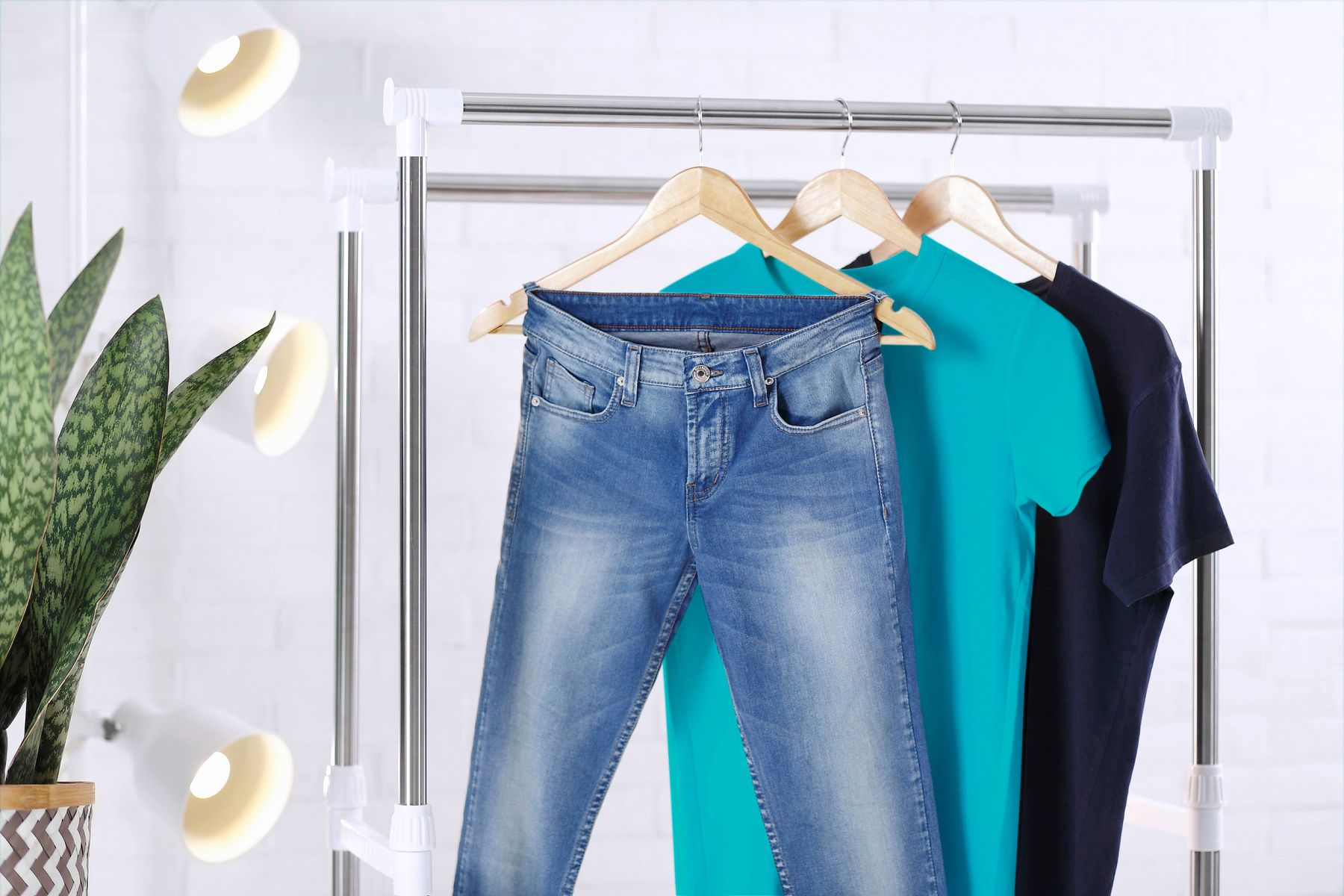 jeans et t-shirts suspendus à un cintre