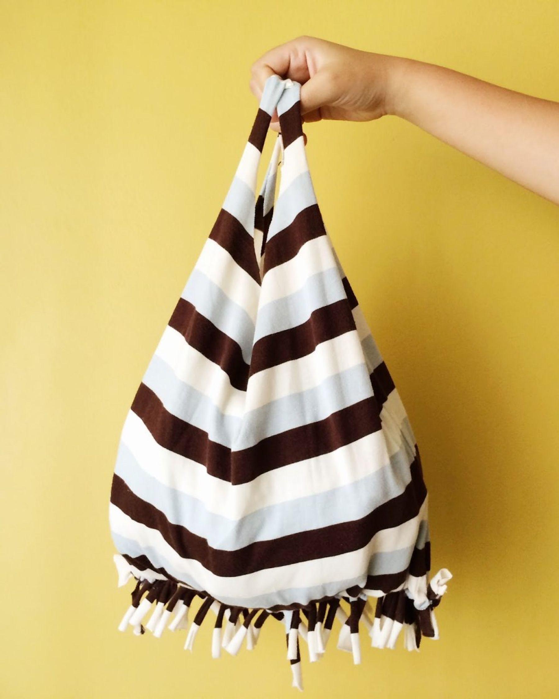 Tận dụng áo phông cũ để tái chế thành túi xách