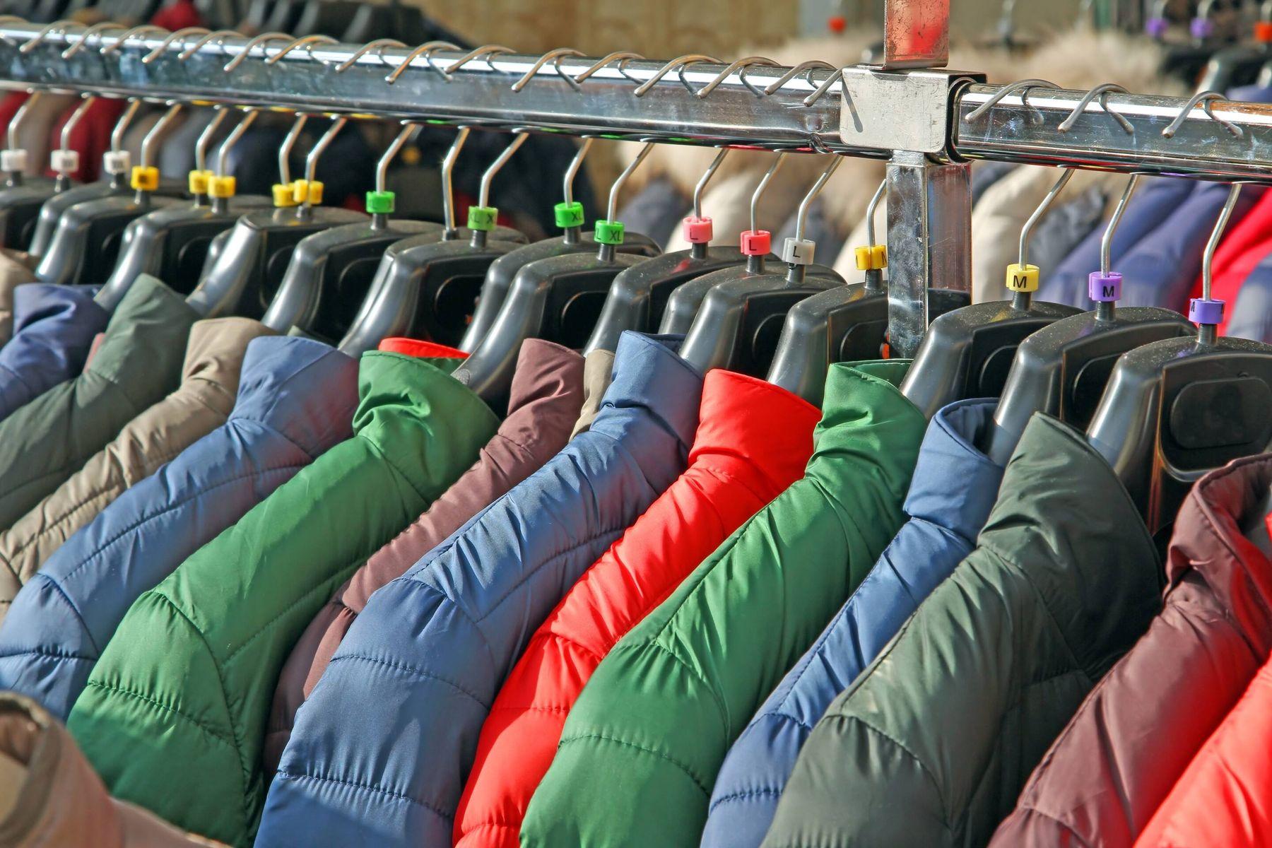 Manteaux colorés dans une armoire