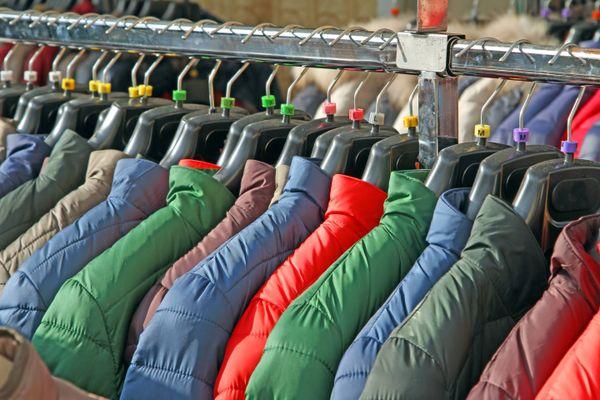 värikkäitä takkeja vaatetelineessä