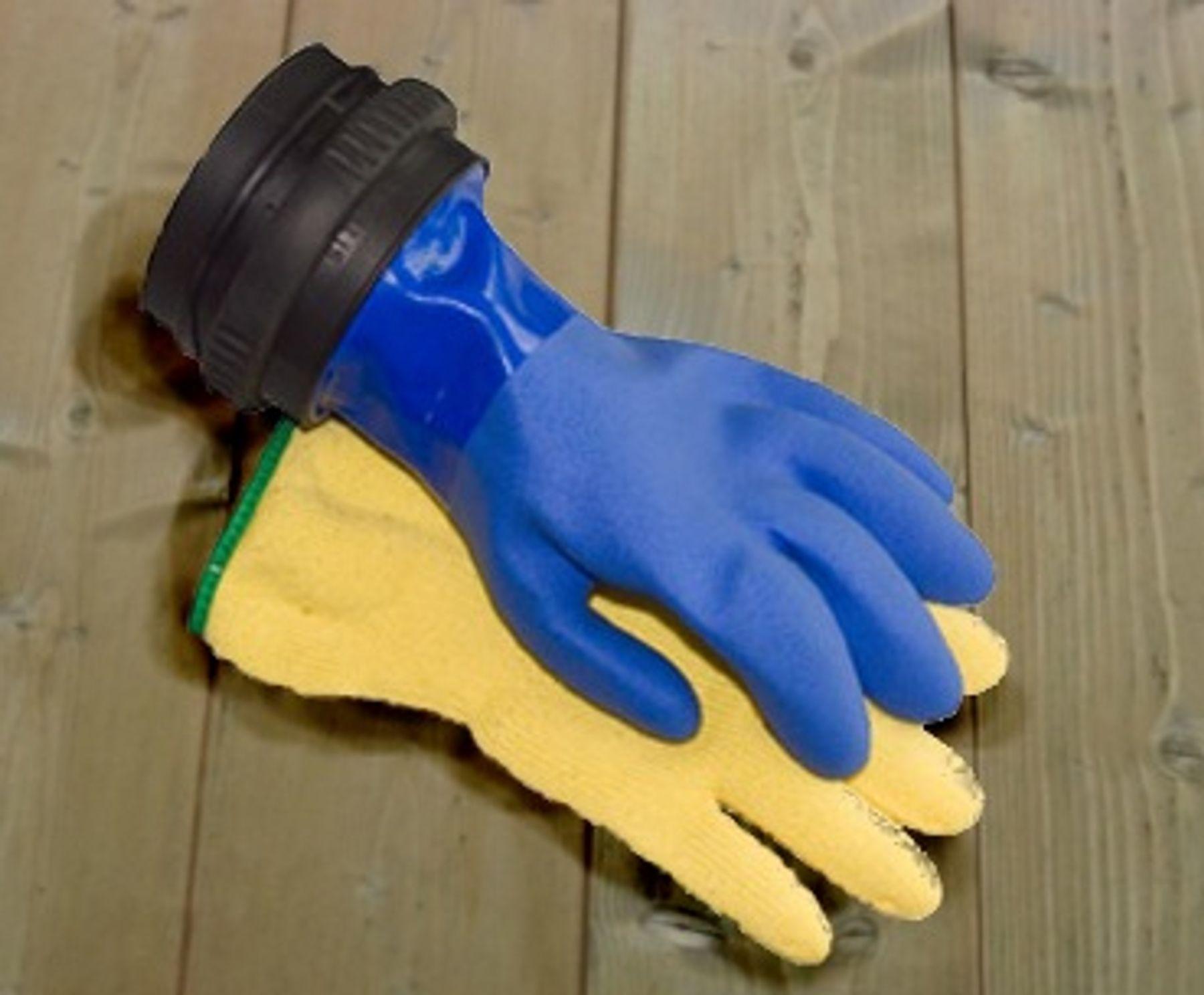 đeo găng tay khi rửa bát