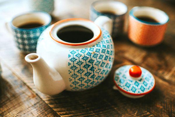 farbiges keramisches Teeset