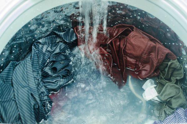 Quần áo ẩm ướt, có mùi gây hại cho sức khỏe cả nhà như thế nào?