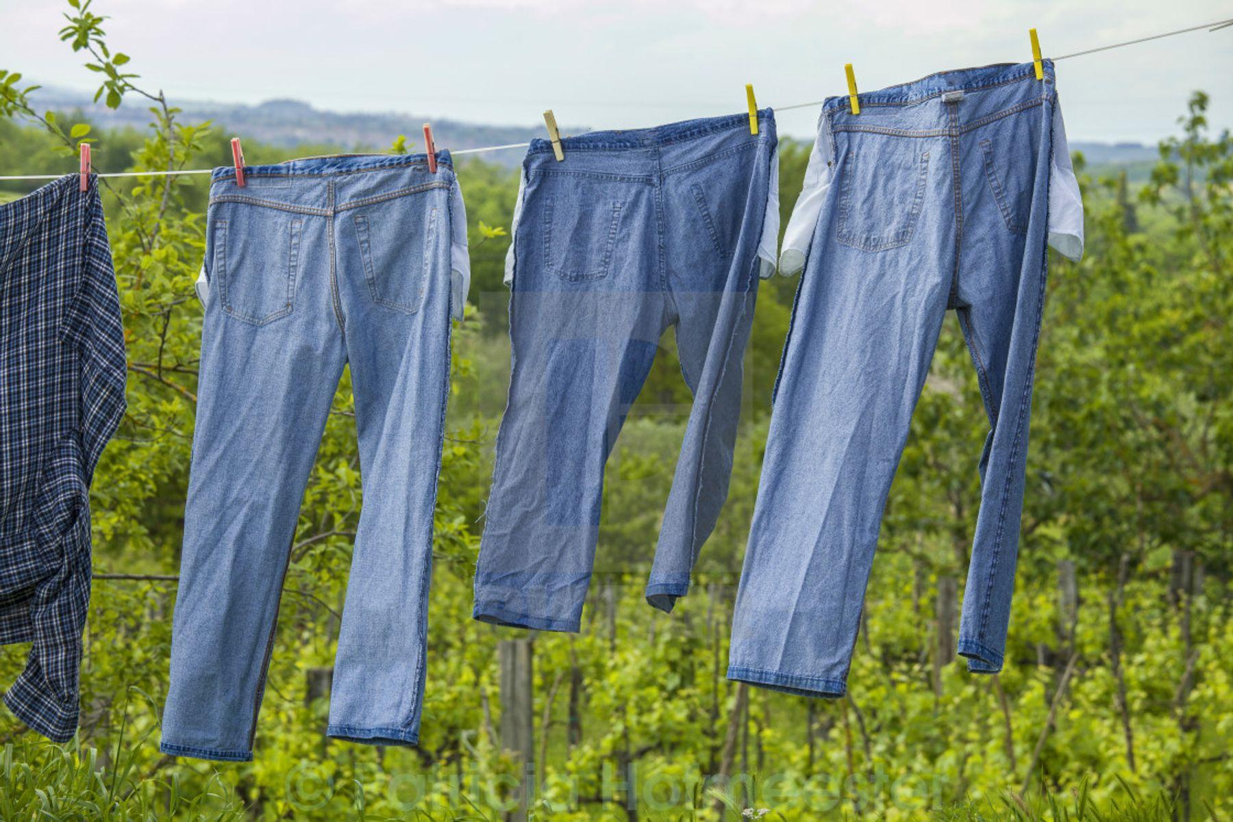 Tránh phơi quần jean dưới ánh nắng mặt trời trực tiếp