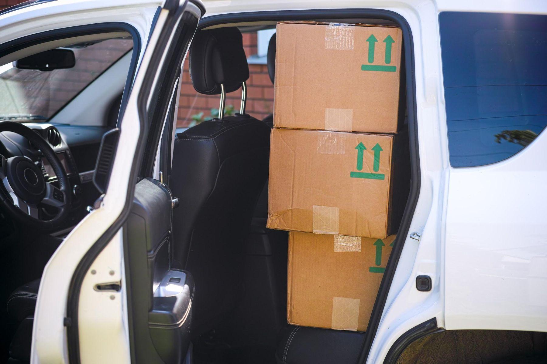 Caixas de papelão dentro do carro para mudança