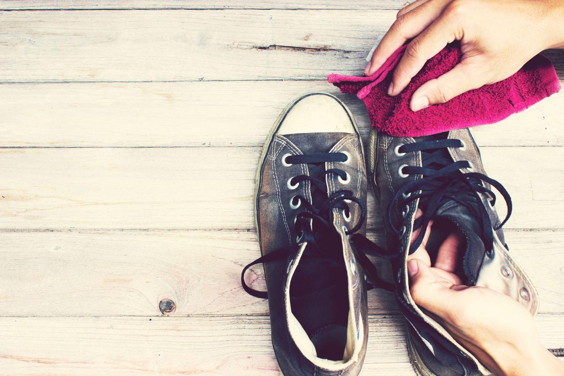 Cách giặt giày thể thao với dầu gội nhẹ