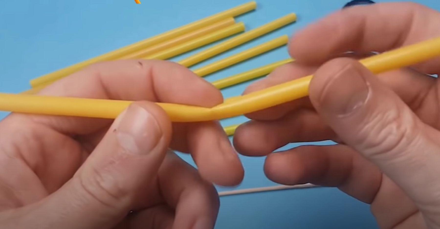 Step 2: Bạn gập ống hút làm đôi