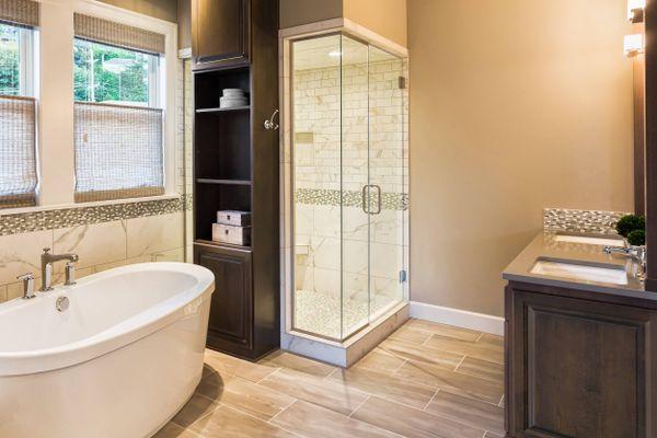 बाथरूम के कोनों में जमे काले दाग़ को कैसे करें साफ़ | क्लीएनीपीडिया