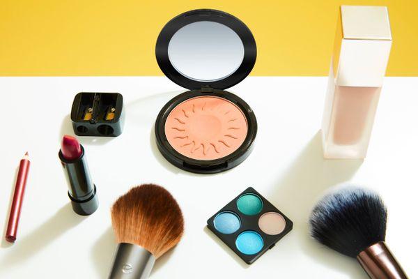 Eyeshadow, lipstik dan bedak padat