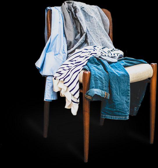 Wäschestuhl mit Kleidung