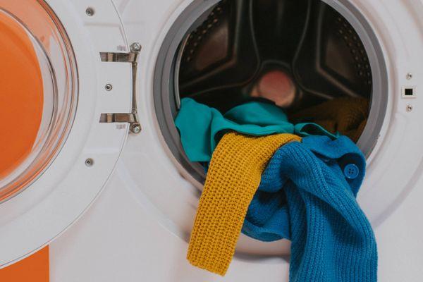 Çamaşır makinesinden çıkan renkli kazaklar