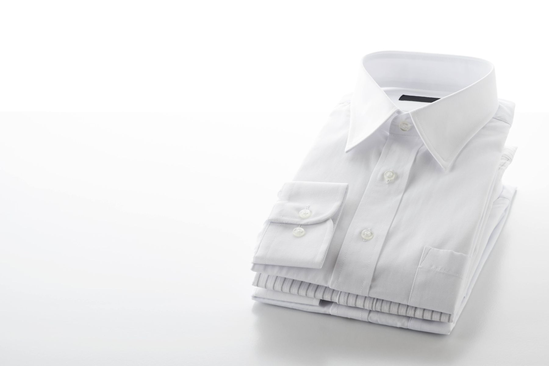 Are your white clothes turning yellow? Check out these simple tricks to maintain their whiteness!
