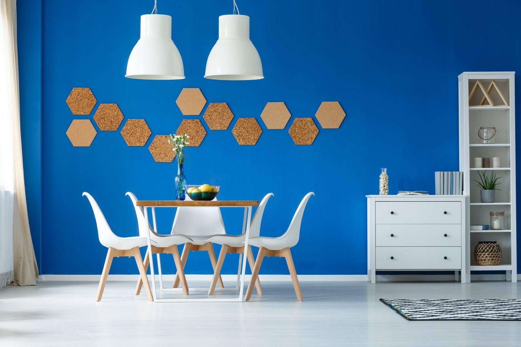 Comedor con muebles blancos con pared azul