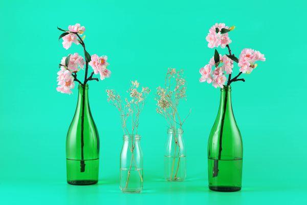 glazen flessen met bloemen