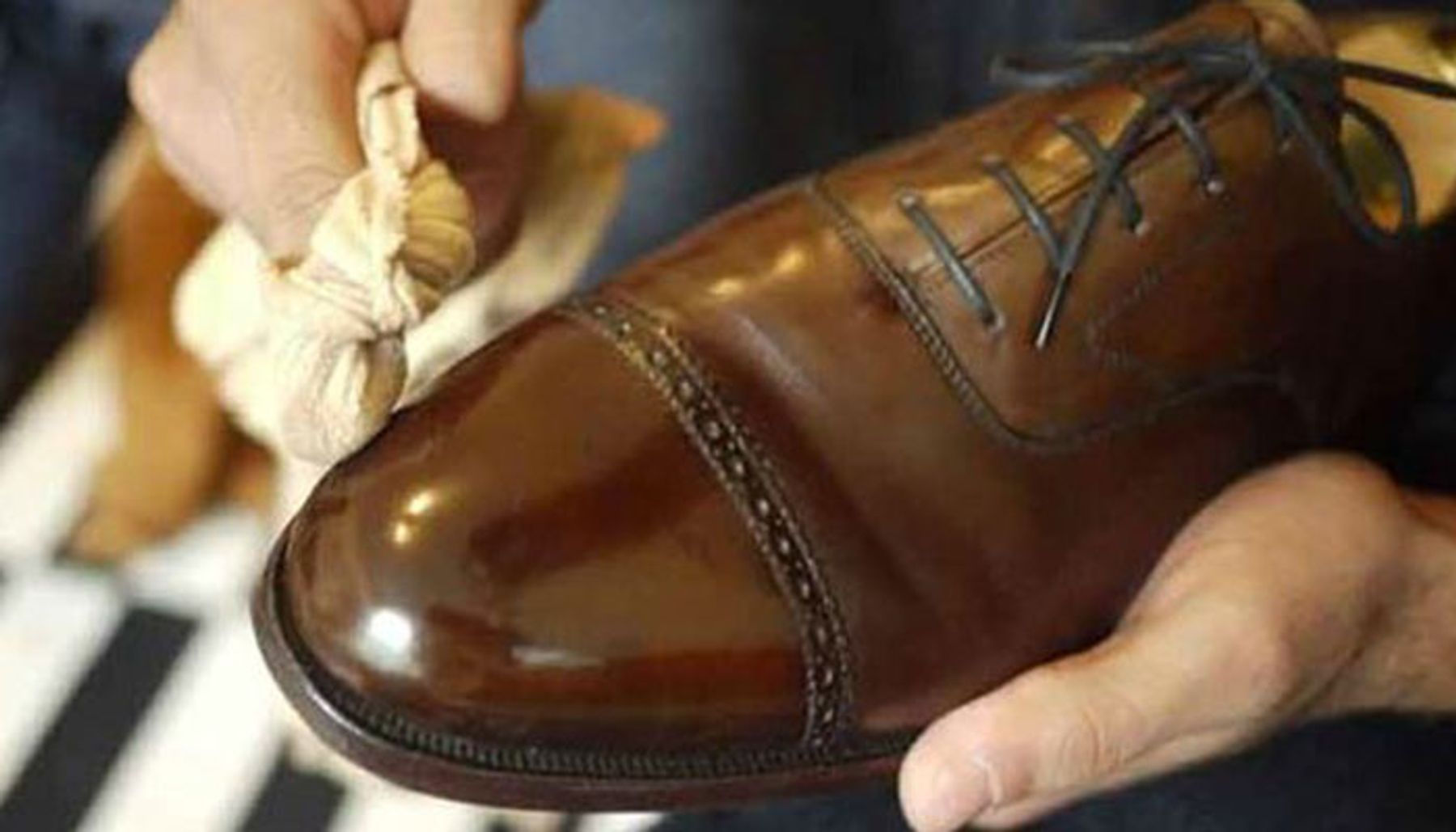 Làm khô giày ở những phần đã lau chùi