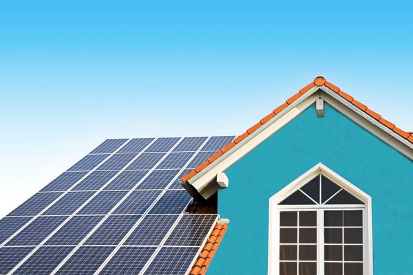 casa azul com uma janela grande e branca e com teto solar