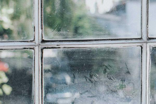 Janela de blocos de vidro pronta para ser limpa