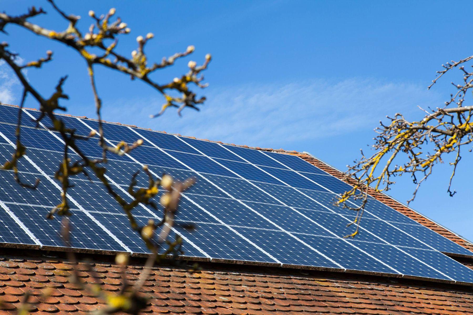 Panel solar sobre un techo con el cielo azul de fondo
