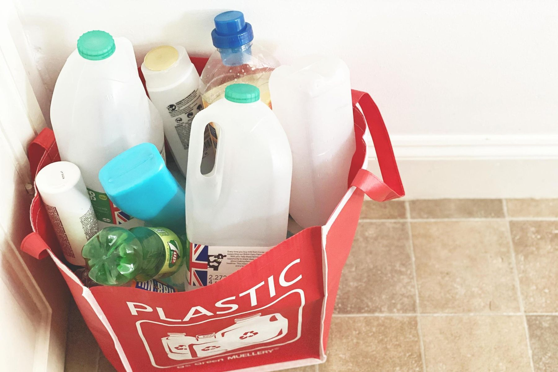 saco contendo garrafas de plástico para serem recicladas