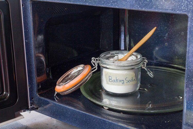 Sử dụng baking soda tẩy rửa vệ sinh lò vi sóng