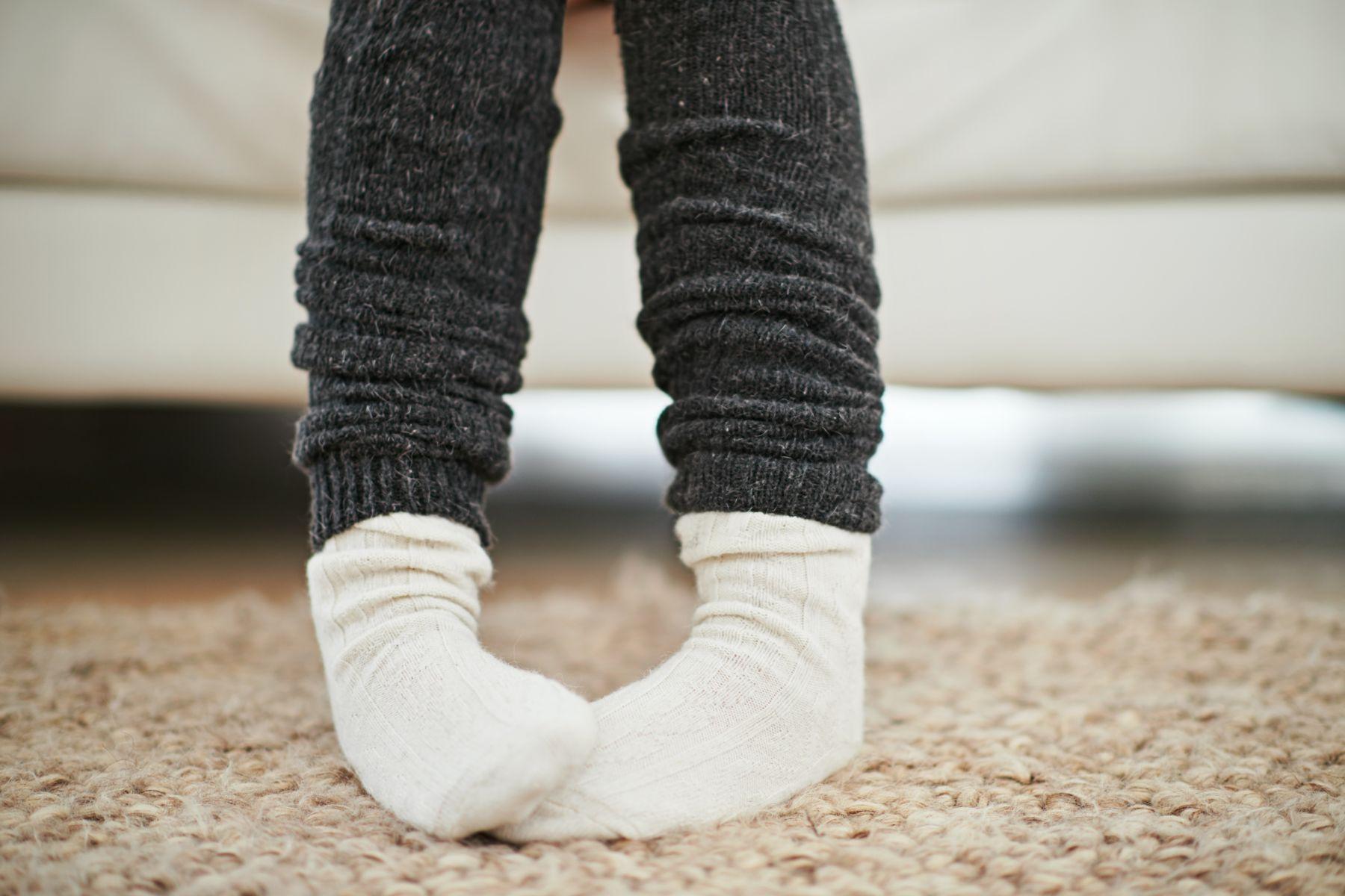 Pés com meias sobre o tapete