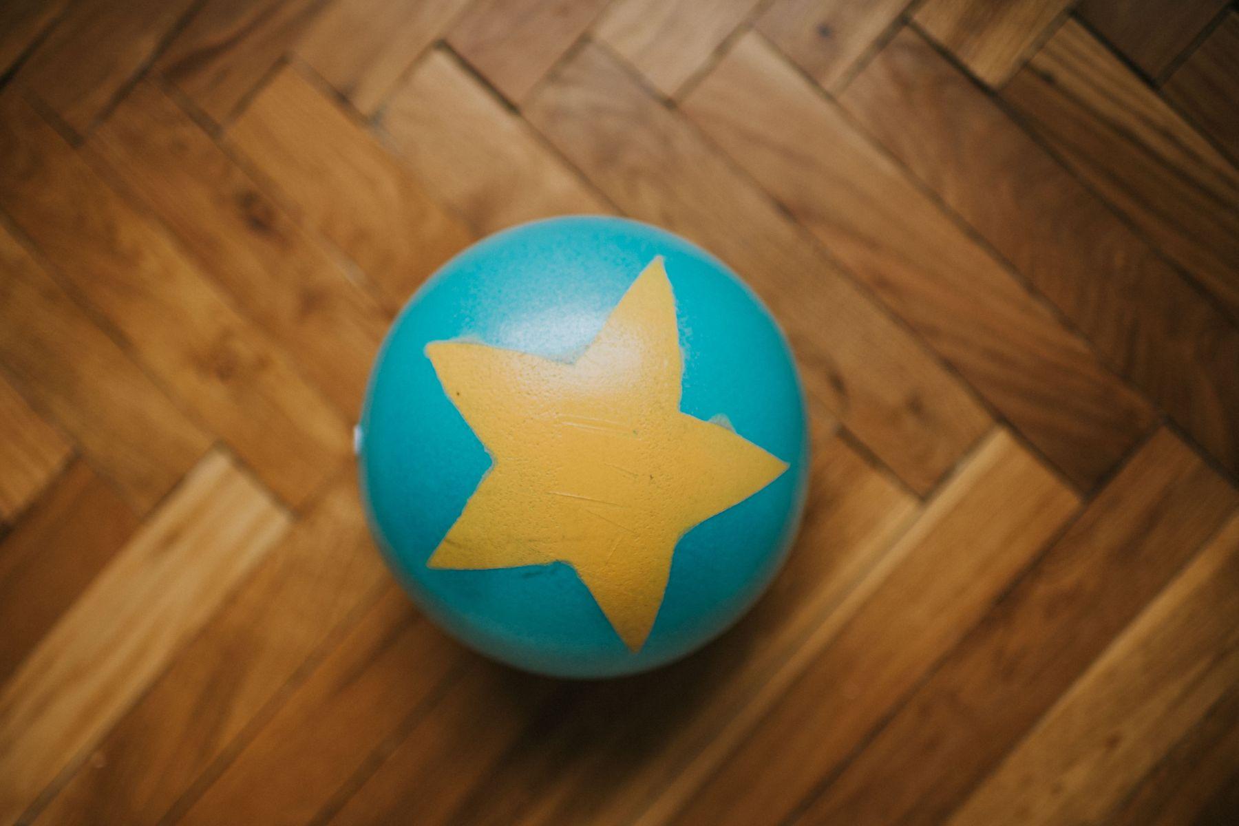 palla blu e gialla sul pavimento del taco