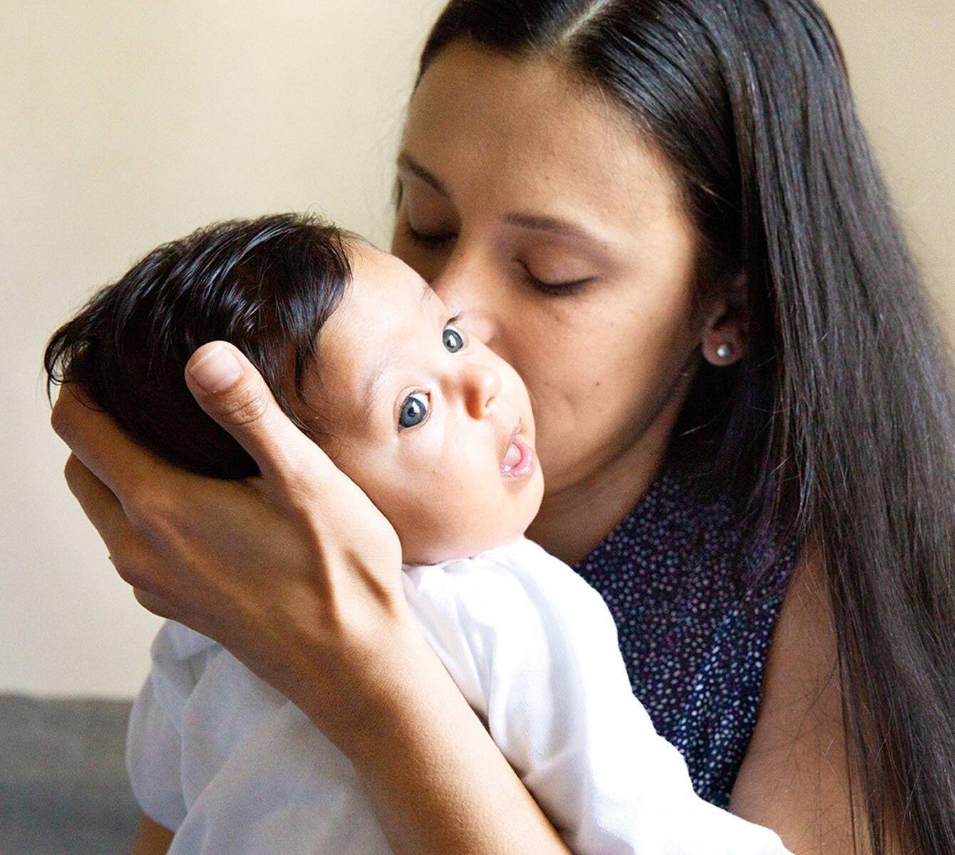 Học ngay 3 cách bế trẻ sơ sinh đúng hướng dẫn của điều dưỡng
