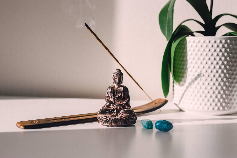Mesa con objetos para meditación y evitar la ansiedad